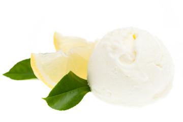 Zitronen-Eis von vorne auf weißem Hintergrund
