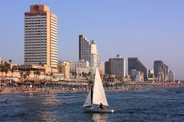 Segelboot  neben Strand