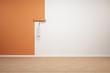 Wand wird orange gestrichen