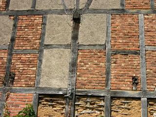 Fachwerkstruktur mit Balken und Mauerwerk aus Ziegeln