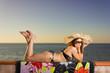 ragazza prende il sole con cappello di paglia