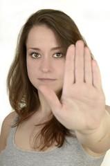 Junge Frau zeigt Handfläche