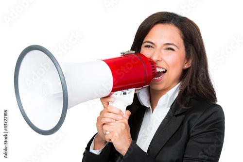 geschäftsfrau schreit ins megafon