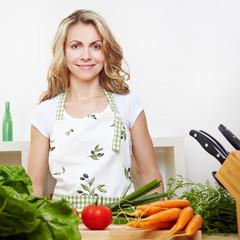 Frau mit Gemüse in Küche