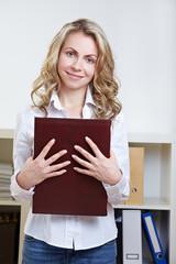Frau mit Bewerbungsmappe im Büro
