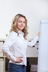 Frau neben Flipchart im Büro