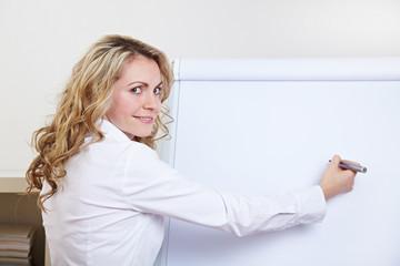 Frau mit Stift an Flipchart