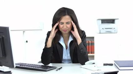 frau mit kopf und nackenschmerzen im büro