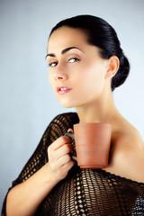 Kobieta delektująca się aromatem czarnej klasycznej herbaty