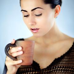 Zaskoczona wspaniałym smakiem białej herbaty młoda kobieta