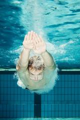 Schwimmer beim Kopfsprung