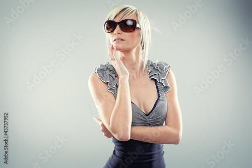 Frau mit Sonnebrille