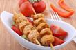 Fleischspieße mit Salat
