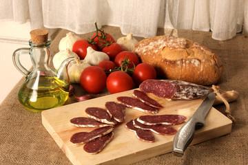 pan, tomates, ajos, aceite y embutido
