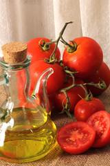 Tomates maduros con aceite de oliva