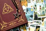 Buch der Schatten + Tarotkarten (Hexentarot) + Amulett