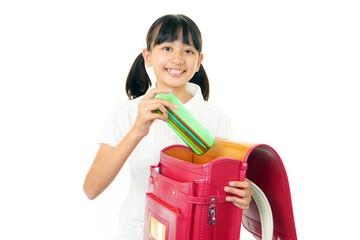 学校の準備をする小学生