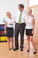 Der Chef mit seinen Damen