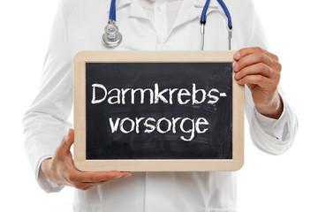 Arzt mit Schild Darmkrebsvorsorge
