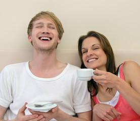 Milchbart: Pärchen beim Frühstück im Bett