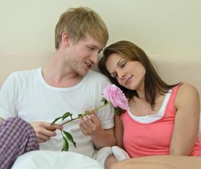 Junges, verliebtes Paar: Blumengeschenk, Antrang