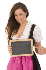 Frau im Dirndl mit Tafel ohne Beschriftung