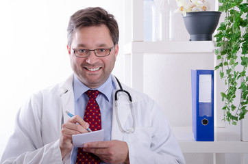 Arzt schreibt ein Rezept