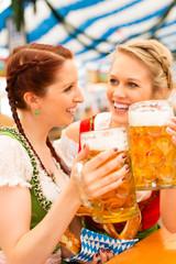 Junge Frauen in traditionellem Dirndl in Bierzelt
