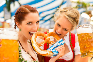 Junge Frauen in traditionellem Dirndl in Bierzelt