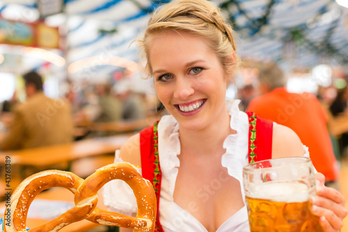 Junge Frau in traditionellem Dirndl in Bierzelt