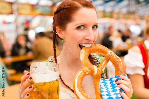 Junge Frau in traditionellem Dirndl in Bierzelt - 43768394