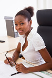 Junge Afrikanerin im Büro