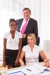 Unternehmer mit Assistentin