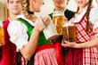 Junge Leute in Bayerischer Tracht in einer Wirtschaft oder Resta