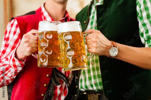 Zwei junge Männer in Bayerischer Tracht in einer Wirtschaft oder