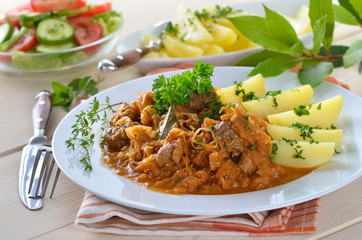 Szegediner Gulasch mit Salzkartoffeln und Beilagensalat