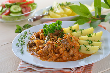 Szegediner Gulasch mit Salzkartoffeln