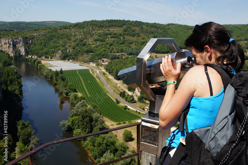 tourisme femme observant avec jumelles 1