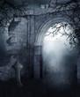 Ruiny cmentarnej bramy nocą