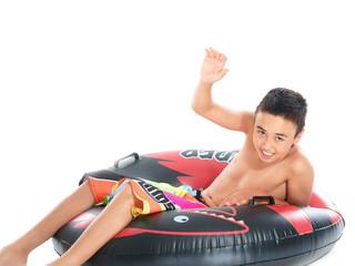 junge auf dem schwimmring