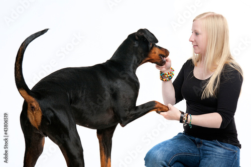 Junge Frau mit Dobermann