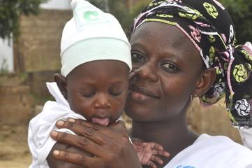 Afrikanische Mutter mit ihrem Baby