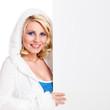 junge blonde Frau mit Werbefläche