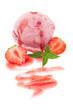 Eine Kugel Erdbeereis mit Minze und Erdbeermark