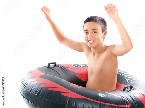 junge im schwimmring