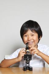 顕微鏡をのぞく男の子