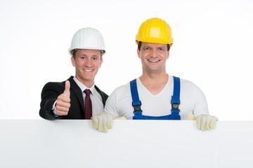 architekt und bauarbeiter mit werbeschild