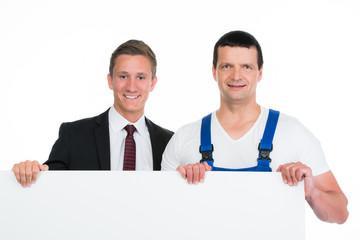 handwerker und kaufmann mit werbeschild