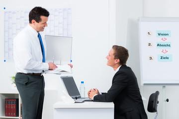 mitarbeiter unterhalten sich im büro