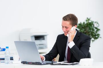 auszubildender telefoniert mit kunden